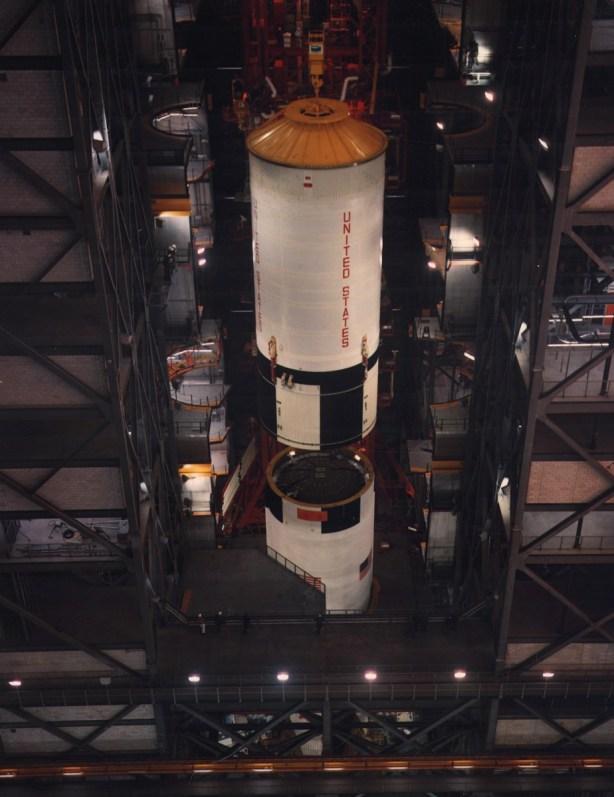Ensamblaje de la primera y segunda etapas del Saturno V, 21 de marzo de 1969