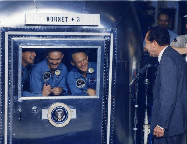 El presidente Nixon con los astronautas en su cápsula de cuarentena