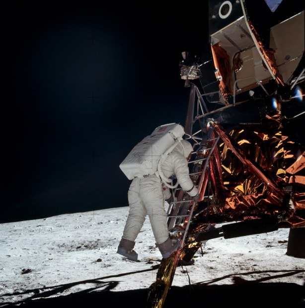 Aldrin bajando del Módulo Lunar
